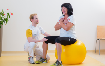 Übung Therapeut mit Patient Physiotherapie